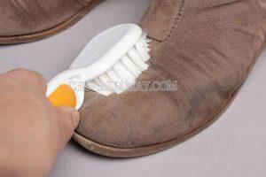 Vệ sinh giày da lộn bằng bàn chải đánh răng