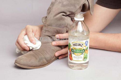 Dùng các chất tẩy rửa phù hợp để giặt giày