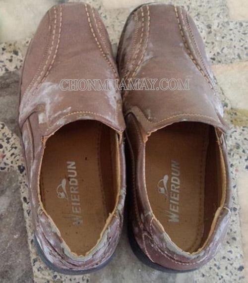 Vệ sinh giày da nâu bị ẩm ướt