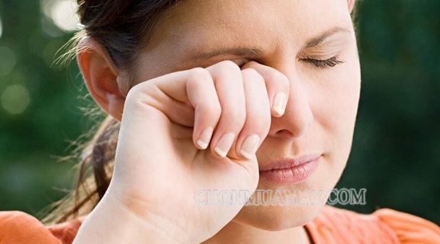 Máy nháy liên tục cẩn thận bị bệnh về mắt