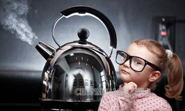 Đun bếp điện mà đổ nước quá đầy ấm nước tràn dễ gây ra chập cháy