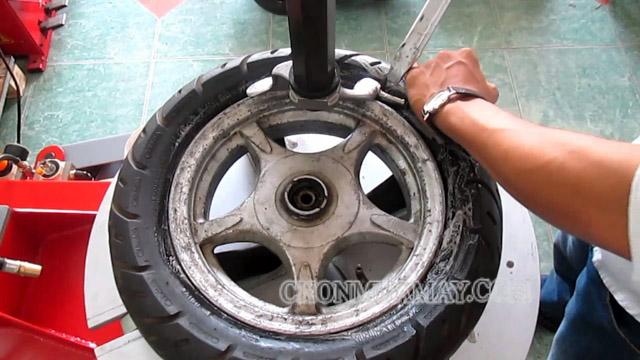 Kinh nghiệm chọn máy ra vào lốp ít người biết